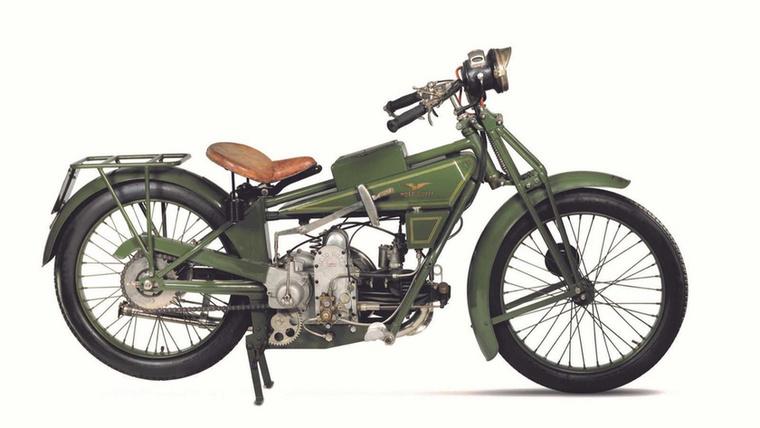 Moto Guzzi Normale 500 (1921.)                         A Moto Guzzit jó ideje a hosszában beépített V2-esekkel azonosítjuk (igen, hosszában, hiszen a beépítés irányát a főtengely alapján határozzuk meg), de az első motorjuk egy fekvő egyhengeres volt, és ez a konfiguráció határozta meg a márka első 45 évét