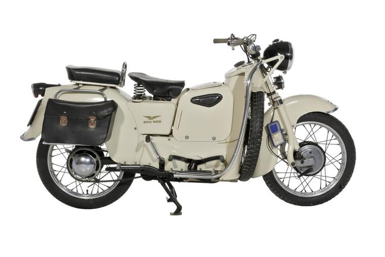 Moto Guzzi Galleto (1950.)                         A második világháború után megszülettek a robogók - ekkor indult a Vespa és a Lambretta történelme is, és nem sokkal utánuk a Guzzi is elkészítette a sajátját