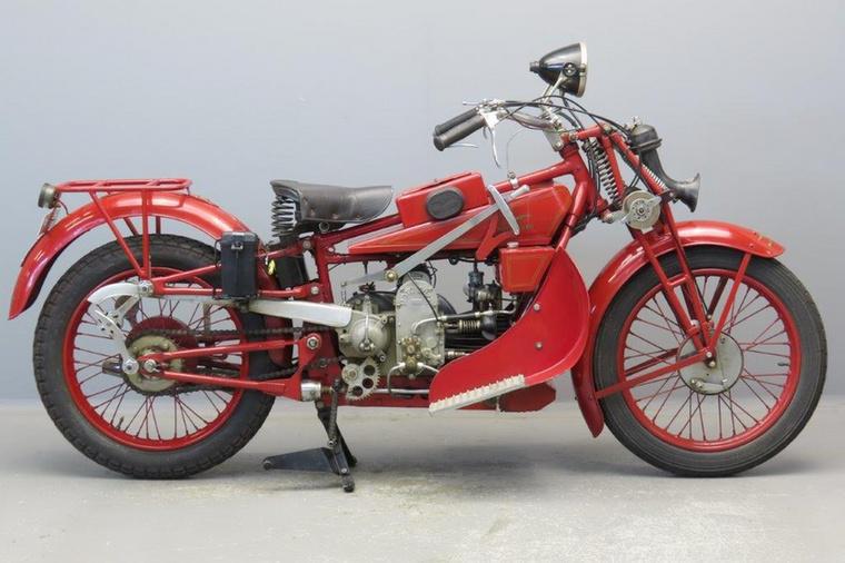 Moto Guzzi Norge GT 500 (1928.)                         Ez volt az első túramotorjuk, a Normale 500 alapjait használták, de dupla dobfékkel, ballonos gumikkal szerelték, és ugyan a trapézvillát meghagyták, a versenycélú fejlesztések közül átemelték hozzá a három rugóból álló rendszert, amitől egyből jobb lett az úttartása