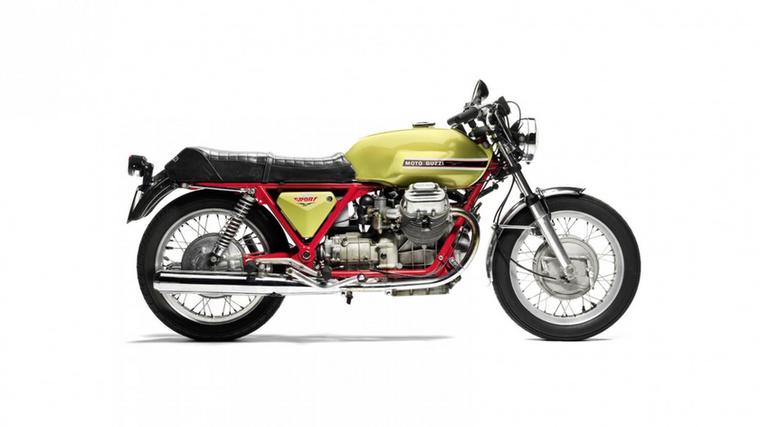 Moto Guzzi V7 Sport (1971.)                         A Guzzi 1967-ben vette fel mérnöknek Lino Tontit, aki később a V7 platformot tökéletesítette, a nevéhez fűződik a V7 Special, a V7 Ambassador és a V7 California is, de a munkájának csúcsa egyértelműen a V7 Sport.                         Tonti korábban a Mondial és a Gilera versenyrészlegén dolgozott, és az ott megszerzett tapasztalatokkal a háta mögött tudta, hogyan lehet nagyobb teljesítményt kinyerni a Guzzi legnépszerűbb modelljéből