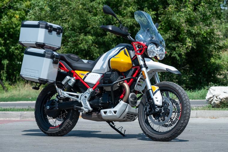 Moto Guzzi V85TT (2019.)                         Az olasz márka 2019-ben állt elő a Stelviót leváltó túraendurójával, mely ugyan egy teljesen új fejlesztés, a formája a legszebb retró