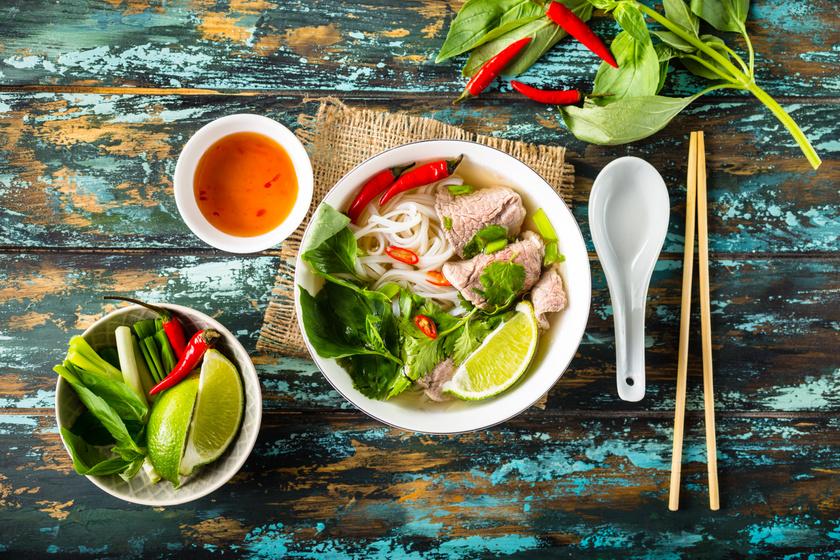A vietnámiak reggelire is előszeretettel fogyasztanak pho levest, amit marha- vagy csirkehússal gazdagítanak, és bátran fűszerezik fogyást segítő fűszerekkel, legtöbbször gyömbérrel, fokhagymával, csillagánizzsal, jalapeno paprikával, mentával, korianderrel. Egy tál leves csupán 400 kalória. A vietnámi nyári tekercsbe kerülhet garnéla, de nyers zöldséges töltelék is, amit fokhagymával, chilipehellyel, korianderrel ízesítenek.A vietnámi hallevest ananásszal és egy hüvelyes növénnyel, az indiai datolyának is nevezett tamarinddal turbózzák fel, utóbbit emésztési problémák kezelésére, a bél tisztítására, székrekedésre is használják.