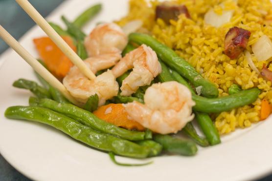 Egy kevés kurkumával vagy sáfránnyal ízesített rizzsel érdemes tálalnod.