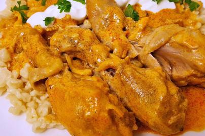 Szaftos csirkepaprikás a nagyi receptes füzetéből: sok tejföllel meglocsolva az igazi