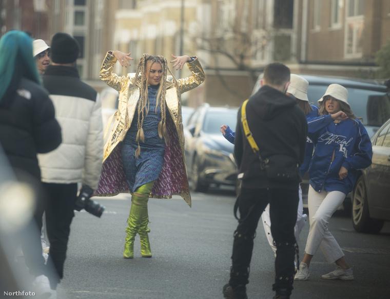 Ez a kép még március 12-én készült Londonban, Tallia Storm brit énekesnő éppen következő videóklipkét forgatta többféle szerelésben.