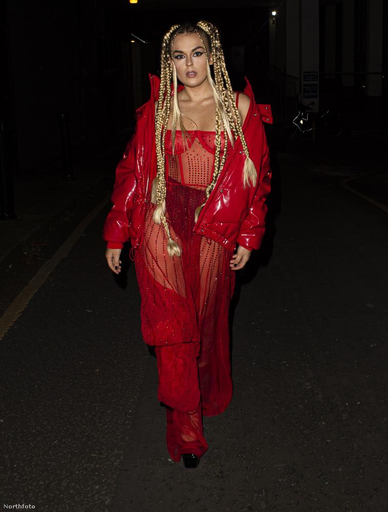 Ahhoz képest, hogy mennyi vöröset visel itt Tallia Storm, meglepő, hogy mennyire alulöltözöttnek tűnik.