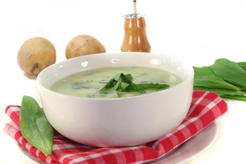 Illatos, ízes medvehagyma-krémleves: krumplival még tartalmasabb