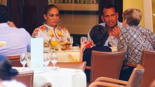 Jennifer Lopez és Alex Rodriguez jó nagyokat puszilkodnak Dominikán