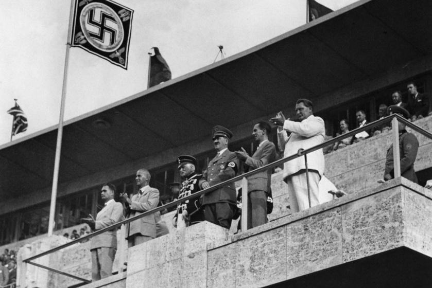 Hitler a stadion VIP-páholyában.