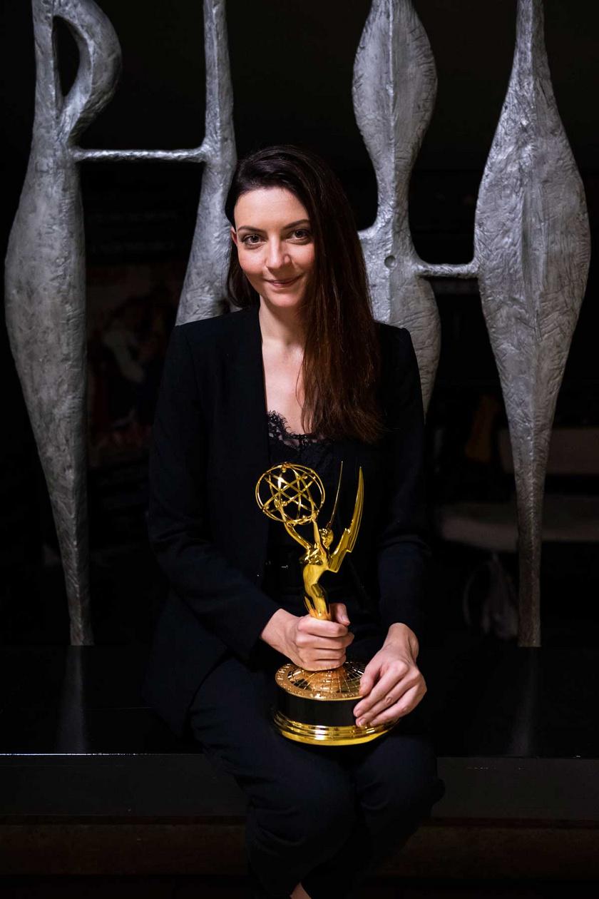 Gera Marina, az Örök tél című film színésznője Emmy-díjával a Magyar Filmlaboratórium épületében 2019. december 4-én.