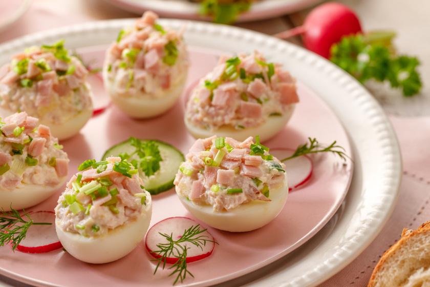 Mutatós, húsvéti töltött tojás: a majonézes krém tetejére sonkakockák kerülnek