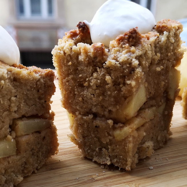 Puha almás piskóta egyszerűen: maceszlisztből készül a pészachi édesség