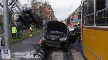 Villamos és autó ütközött a Fehérvári úton