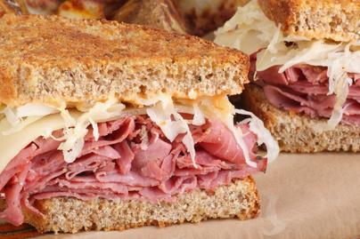 Tartalmas szendvics rengeteg sonkával és sajttal: savanyú káposzta is gazdagítja