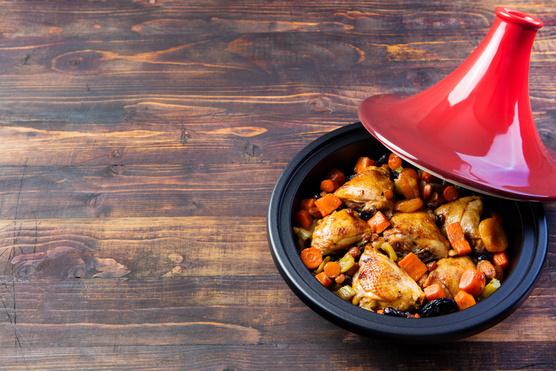 Lila hagymával, fetával és egy kis marék mentával érdemes tálalnod egy-egy adag alaplében puhult kuszkusz tetején.