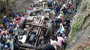 Szakadékba zuhant a busz, 13 ember meghalt Srí Lankán