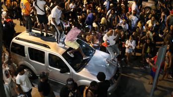 Rendőrök oszlatták fel a szórakozóhelyek bezárása miatt randalírozó tömeget Miamiban