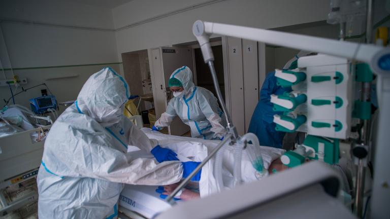 Koronavírus: több mint 1300 ember van lélegeztetőgépen