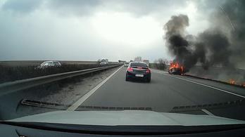 Hatalmas lángokkal égett egy autó az M1-esen