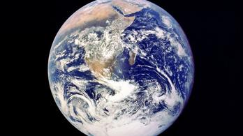 Több hőt sugároz a Föld egyik oldala