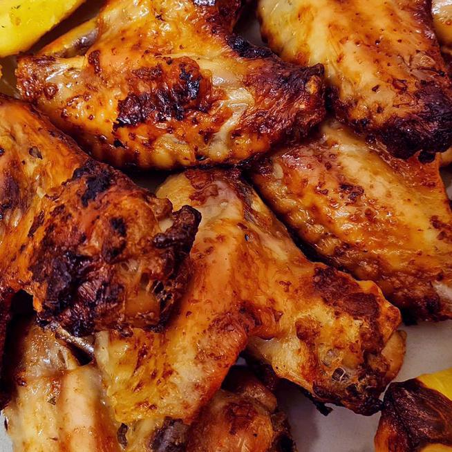 Currys pácban pirult, omlós csirkeszárnyak: kevés munkával készül az ízletes hús