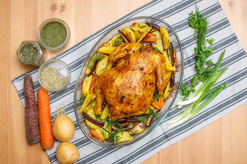 Répával és krumplival egészben sült csirke: sörrel locsolva még omlósabb a hús