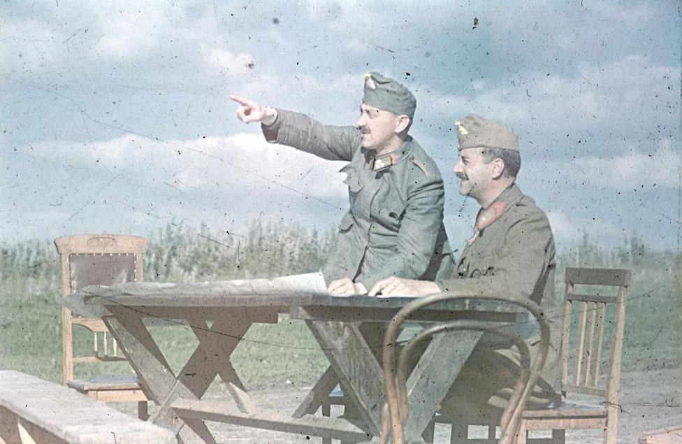 Ez a kép már a visszavonulás közben a Kárpátokban készült valahol. Magyar főtisztek vizslatják a tájat.