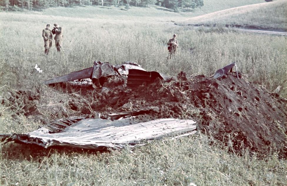Horthy Miklós fiának lelőtt repülője, Konok az elsőként készített felvételt a szerencsétlenségről. Horthy István felderítőgépeket kísért Scsucsjéhez, amikor lezuhant. Ezek a képek a sajtóban akkor jelenhettek meg, ha propogandacélokat szolgáltak. A felvételek nagy része a katonai archívumba került.