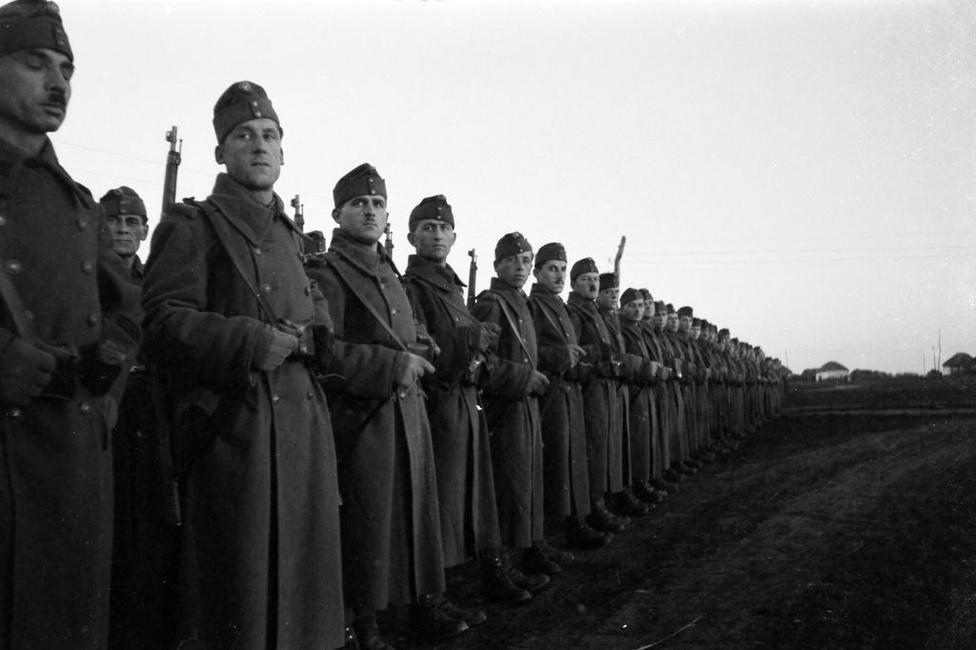 Konok Tamás 1944 januárjától a győri 16/I zászlóalj parancsnoka lett. Az ismerten németellenes főtisztet a német megszállás után a keleti frontra vezényelték. Szálasi hatalomátvétele után nem esküdött fel a nemzetvezetőre, így távollétében halálra ítélték. (Varga János)