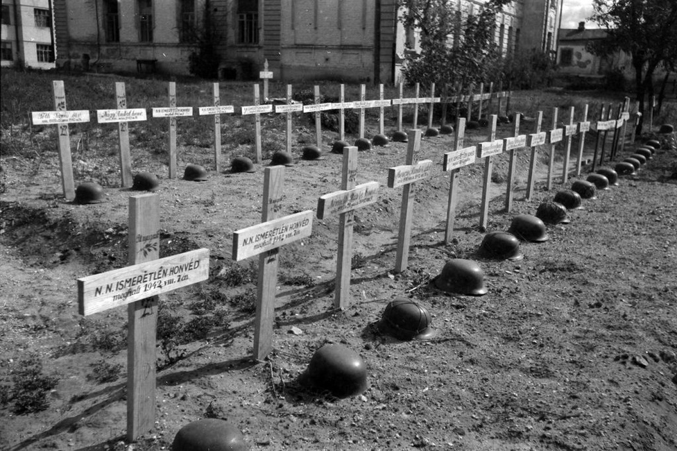 Ismeretlen magyar katonák sírjai. A doni hadműveletben több tízezren vesztették életüket, sokan hadifogságba estek. 207 ezer katona és 16 ezer munkaszolgálatos feladata lett volna a Vörös hadsereg megállítása a kb. 200 km hosszú frontszakaszon.