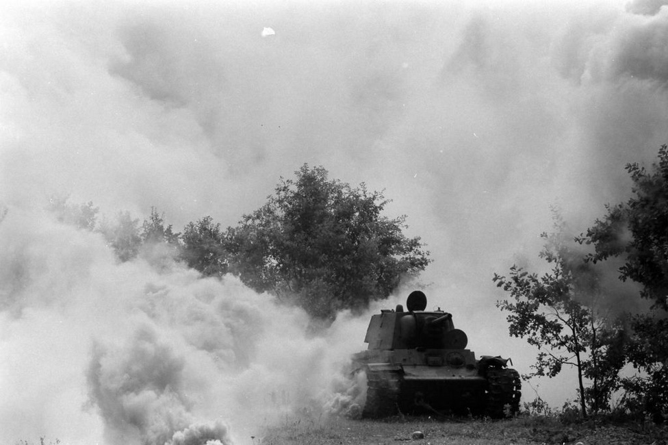 Előrenyomuló orosz tank, nem tudni, beállított kép-e vagy sem. Ekkoriban még nincsen zoom a kamerákon és nincsen jó teleobjektívek, fotózni csak közelről lehetett. A propaganacélokat azonban a beállított képek is jól szolgálták.