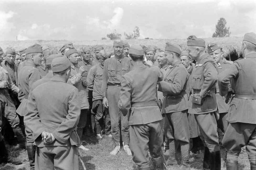 Mezítlábas szónok a hadifogoly táboran