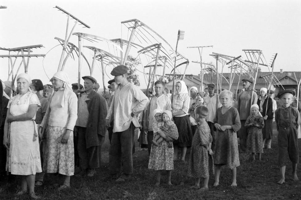 Orosz parasztok aratási munkálatok közben. A szovjet mezőgazdaság iparosítása csak az 50-es években kezdődik.