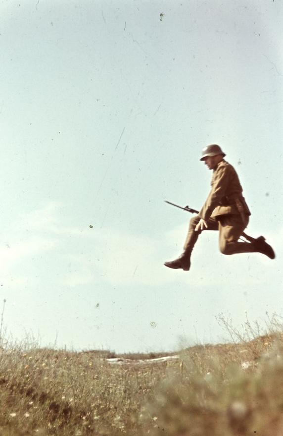 Konok Tamás érdeklődését kevésbé a háborús események, sokkal inkább a tájak, emberek keltették fel, vagy éppen a mozgás maga: ebből a képből sorozat készült, amin az ugrás különböző fázisait örökítette meg Konok. A fényképezés ekkoriban még nem számított művészetnek, ezt csupán a saját szórakozására csinálta, csak a 60-es években kerülnek be fényképek a múzeumokba, és válik művészetté a fotózás.