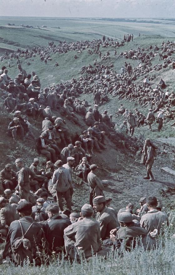 Orosz hadifoglyok, akiket a magyar hadsereg ejtett fogságba, az előrenyomulás hónapokon keresztül nem ütközött nagyobb akadályokba. A foglyok sorsa általában azon múlt, milyen parancsnokot kaptak, ha emberséges tiszt került feléjük, kaptak ellátmányt, mesélte az Indexnek ifjabb Konok Tamás.