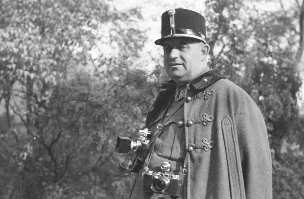 A magyar hadvezetés 1942-ben állította fel a 2. magyar hadsereget, amelyet a keleti frontra küldtek harcolni. A katonákat a frissen felállított haditudósító század kísérte, parancsnokuk Id. Konok Tamás őrnagy (1898-1970) volt. A civilben is szenvedélyes amatőr fényképész nyakában két Leica lóg, az egyikkel fekete-fehér, a másikkal színes képeket készített, amely egy, akkor csúcskategóriásnak számító, C3-as gép, 1938-ban jött ki ez a típus.