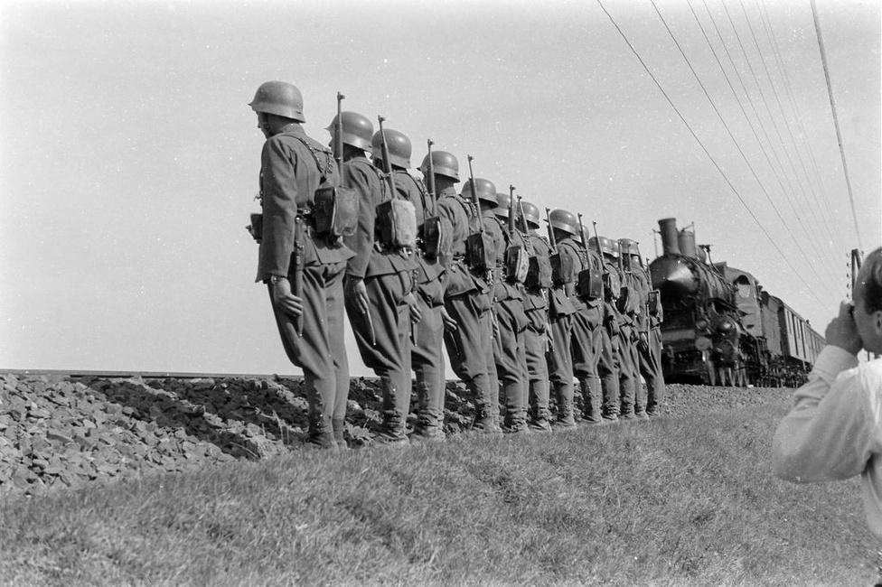 Konok 1945 januárjában katonái egy részével átáll az orosz csapatokhoz , majd Debrecenbe megy, ahol az Ideiglenes Kormánynál jelentkezik a németellenes harcra.                          A háború után visszatért Győrbe, ahol a város katonai parancsnoka lett. Miután nem lépett be a kommunista pártba 1947 novemberében elbocsájtották, majd nyugdíját is megvonták. (Varga János)