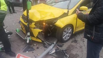 Telibevágott egy taxit egy forgalomból kivont Audi a VII. kerületben