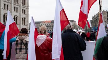 Kitűzik az Országházra a lengyel lobogót
