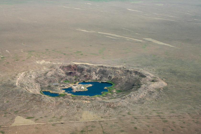 2008-as légi felvétel az egyik robbantási kísérlet okozta kráterről.