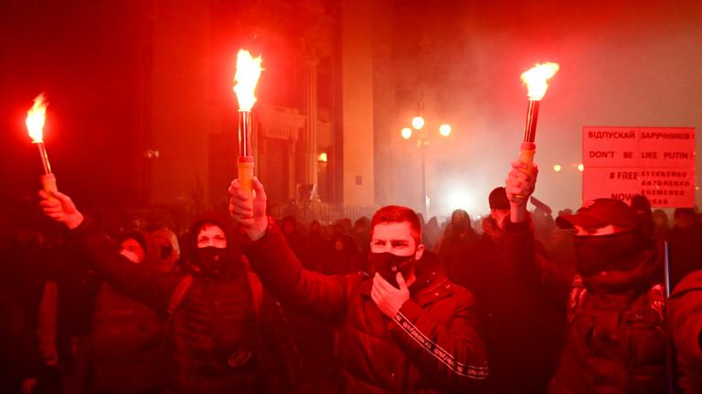 Tétlenséggel tüntettek az ukrán rendőrök a radikális demonstrálókkal szemben