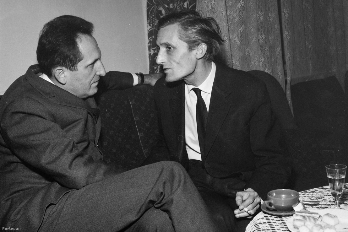 Balra Pierre Emmanuel francia író, jobbra Pilinszky János költő. A felvétel az Írószövetség Bajza utca 18. alatti székházában készült 1961-ben.