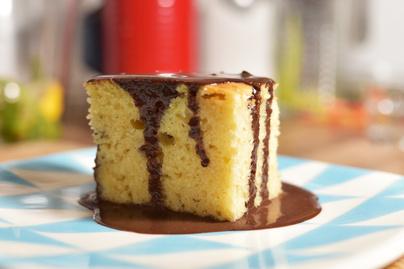 Menzás klasszikusból születésnapi desszert: piskóta csokiöntettel, ünnepi kivitelben