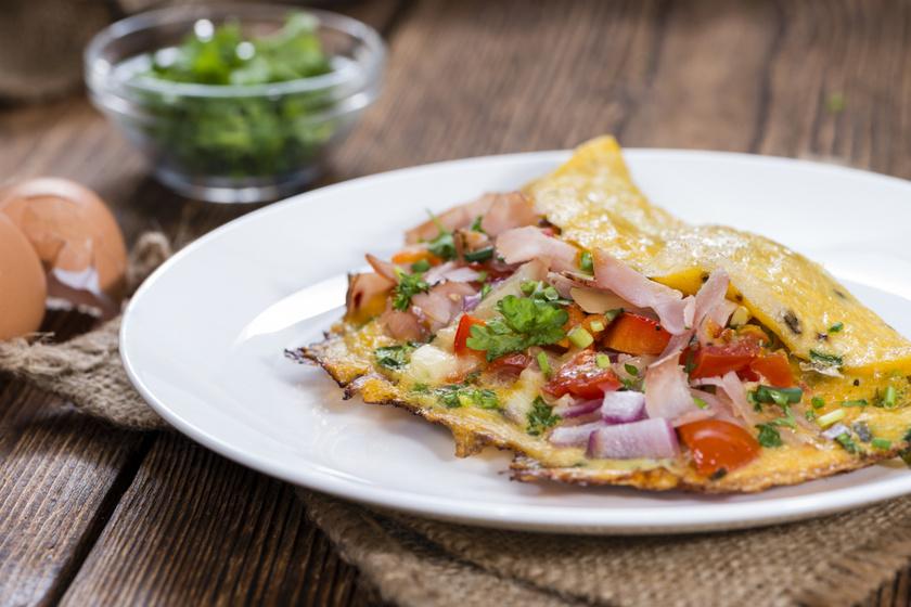 Sonkával, zöldségekkel töltött omlett: így még laktatóbb a nagy klasszikus