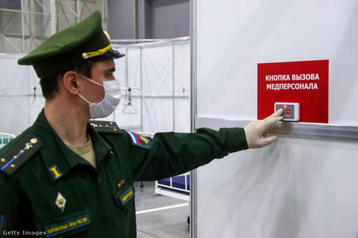 Orosz katona mutatja be a sajtónak a harckocsimúzeumáról elhíresült Kubinkában, a kiállítócsarnokból átalakított kórházat