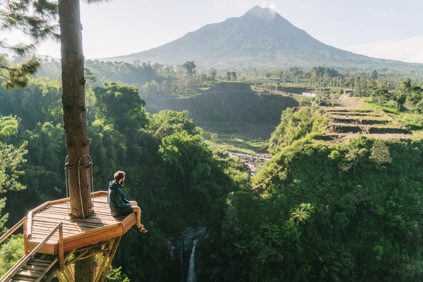 A Jáva szigetén található Merapi Indonézia legaktívabb vulkánja, ami a világ legveszélyesebb tűzhányói közé tartozik. 2010-ben október és december között emberek tízezreit kellett kitelepíteni a környező településekből, és a sorozatos kitörések következtében több mint 350-en hunytak el. A Merapi kifejezetten sűrűn lakott területen, Yogyakartától alig 28 kilométerre magasodik.