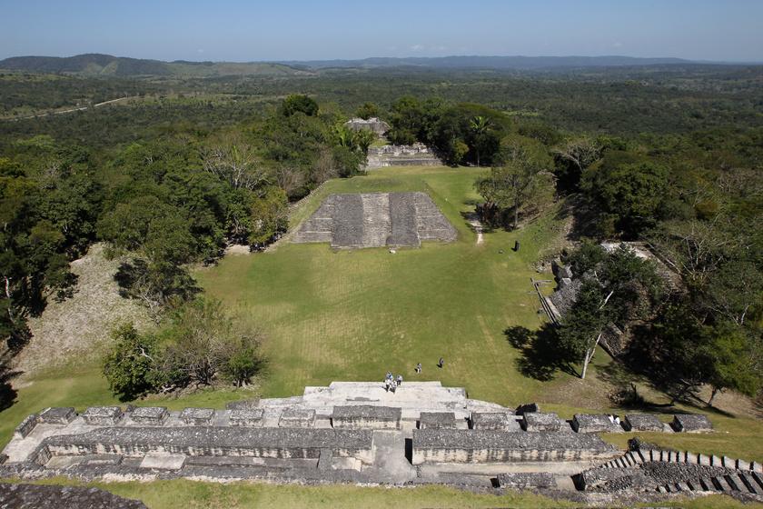 Xunantunich maja civilizációja feltehetően Krisztus előtt 600-300 között alakulhatott ki, és hanyatlása valamikor Krisztus után 900-1000 közé tehető. Ez a későbbi felvirágozás okozhatta azt, hogy mire a régióban lévő maja városok többsége hanyatlásnak indult, addig ez a város még bőven 100-200 évig funkcionálhatott. A mai napig nem tisztázott pontosan, miért ürültek ki ezek a feltehetően pompásan működő települések.