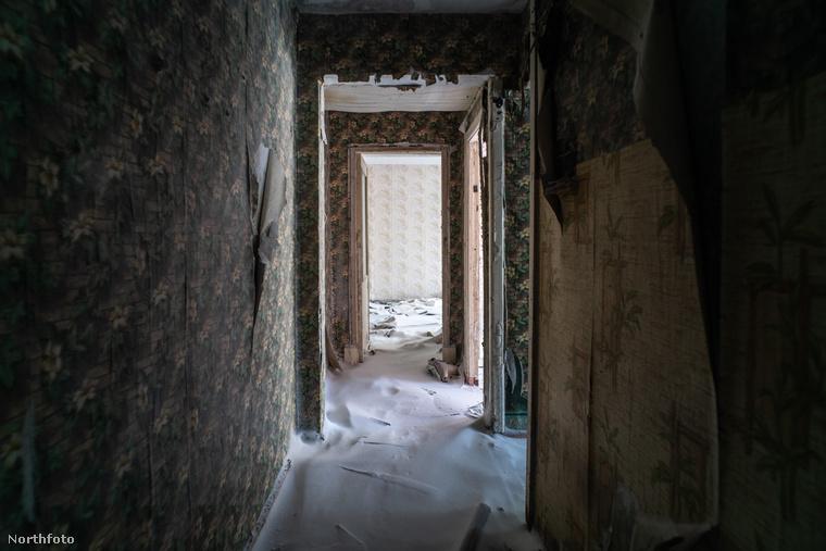 A fotós több üresen álló házat is bejárt, ezekben egykor bányászok éltek - de ahogy a bányák bezártak, illetve privatizáltak, a vorkutai családok is elköltöztek
