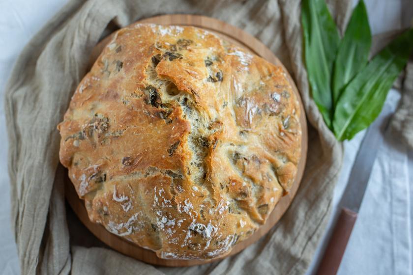 Egyszerű medvehagymás kenyér dagasztás nélkül: élesztő sem kell hozzá