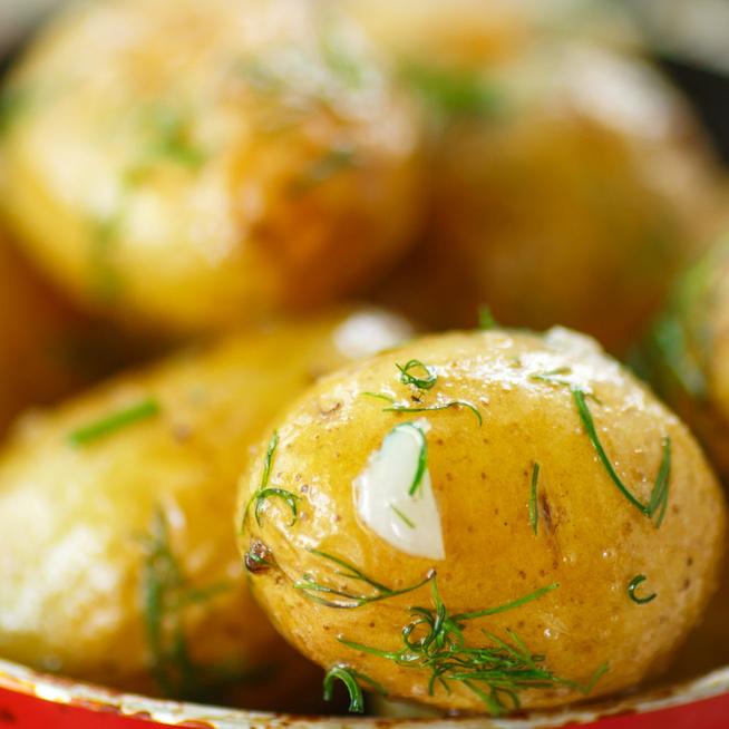 Így lesz a legfinomabb a sütőben sült újkrumpli - A kora nyári köret megunhatatlan